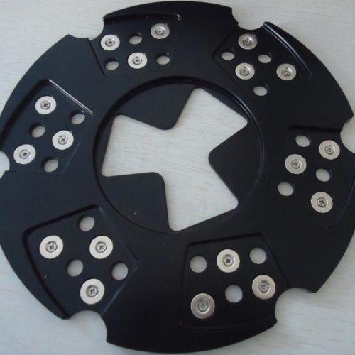 Hurtigt og let skift af segmenter. Særdeles stærke magneter. Minimerer den skade som løse bolte og lignende kan forvolde på maskine segmenter. Pris pr. stk. Normalt bruges 3 stk/maskine.